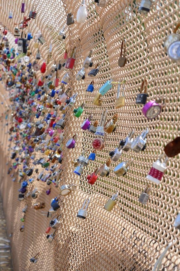 Förälskelselås på Schenley parkerar bron Pittsburg royaltyfria foton