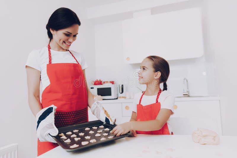 Förälskelsemamma och förälskelsedotterkock Big Sweet Cake royaltyfri foto