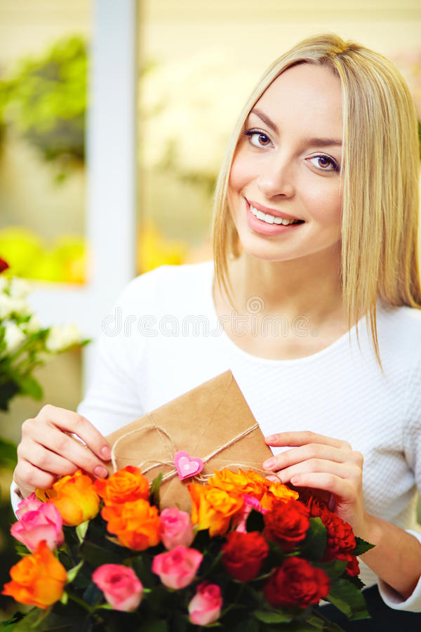 Förälskelsemeddelande i blommor royaltyfri bild