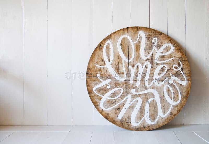 Förälskelseord älska mig som är mjuk Märker skriftligt på träbakgrund fotografering för bildbyråer