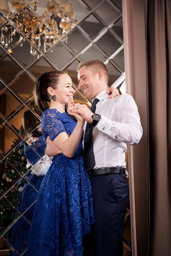 Förälskelsepardans Lyckligt romantiskt förhållande antik fåtölj sniden inre lyx royaltyfri fotografi