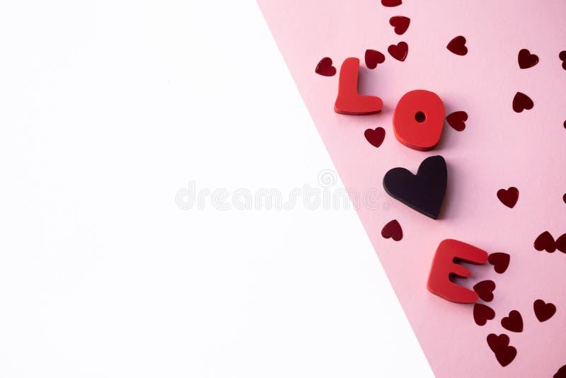 Förälskelsesammansättning på rosa bakgrund Kort för valentindaghälsning med förälskelseord arkivfoto
