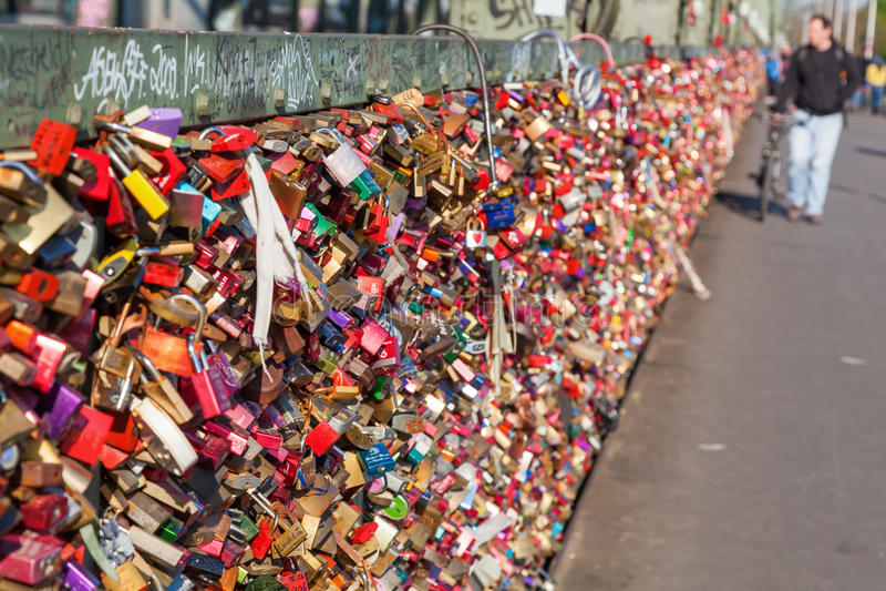 Förälskelseskåp på den Hohenzollern bron i Cologne, Tyskland arkivfoton