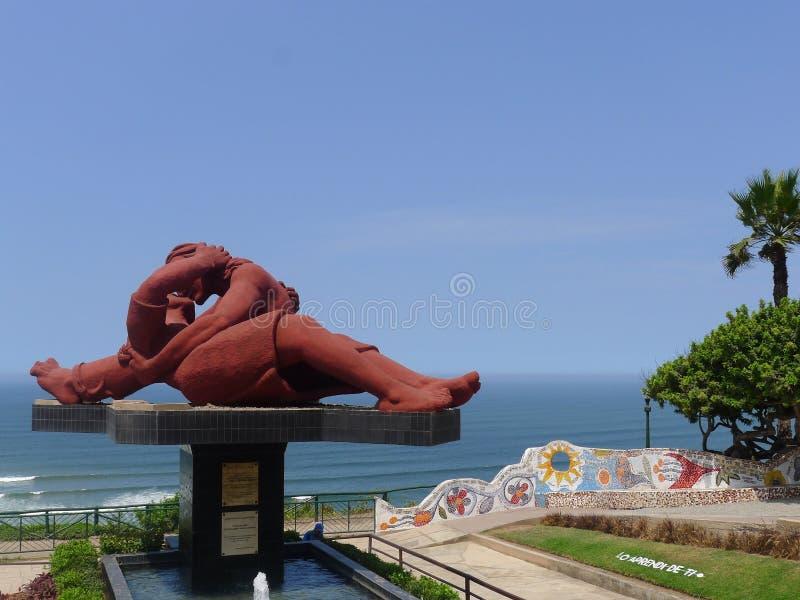 Förälskelsestatyn och den belade med tegel bänken i förälskelsen parkerar i Lima fotografering för bildbyråer