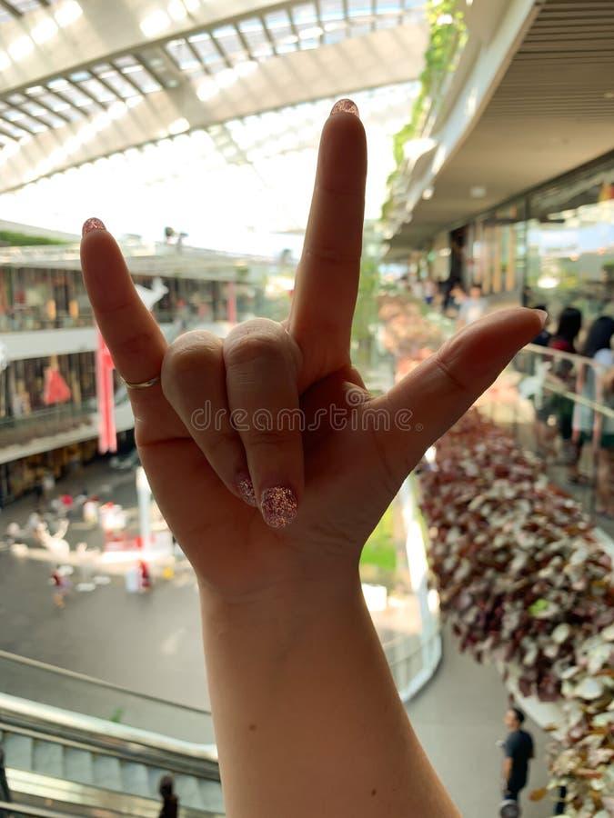 Förälskelsesymbol vid handen royaltyfri foto