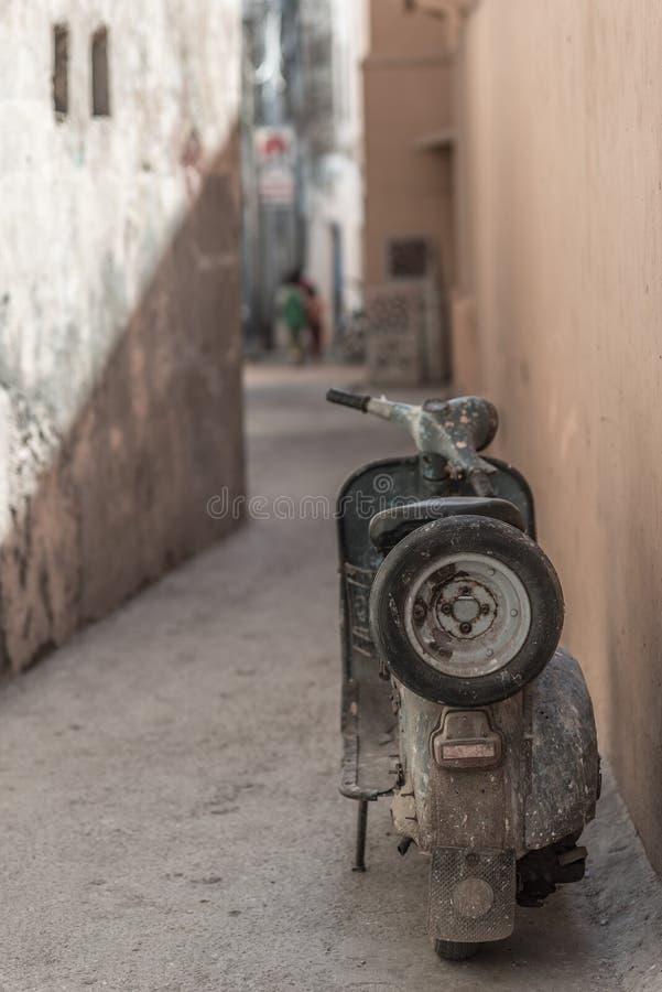 Föråldrad indisk moped som parkeras i smal gränd Grungestil, decontrasted royaltyfri foto