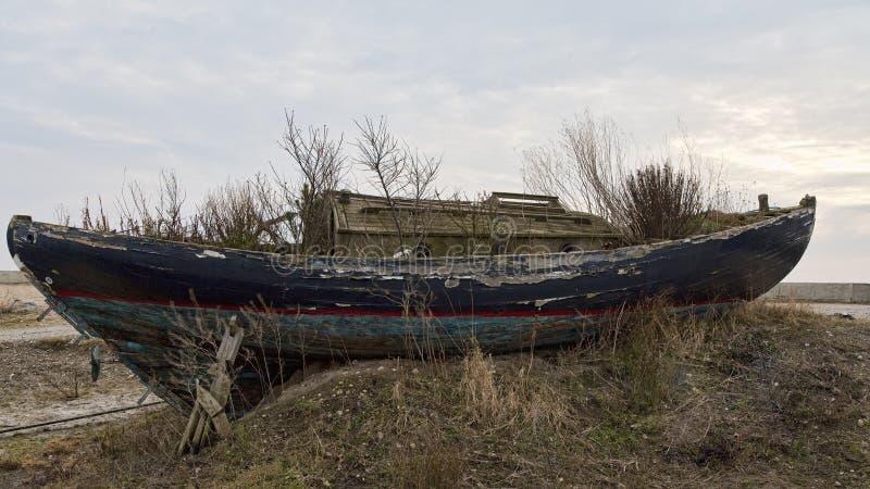 Föråldrat fartyg på kusten arkivfoton