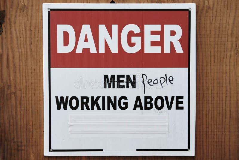 Föråldrat tecken på konstruktionsplatsen Rörelse för kvinna` s för jämställdhet arkivfoto