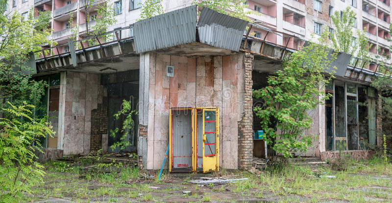 Föråldrat telefonbås i Pripyat arkivbild