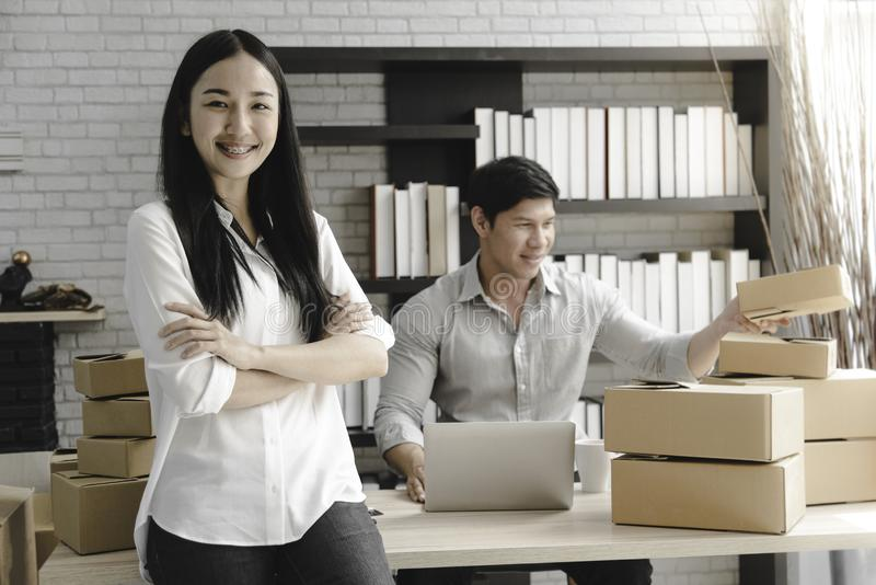 För ägarestarten för entreprenören shoppar ung asiatisk små och medelstora företag direktanslutet 3D framför på en vit bakgrund fotografering för bildbyråer