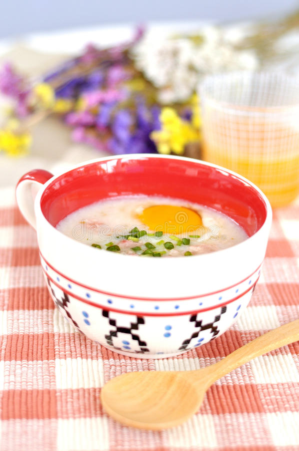 för äggporridge för bunke gullig rice fotografering för bildbyråer