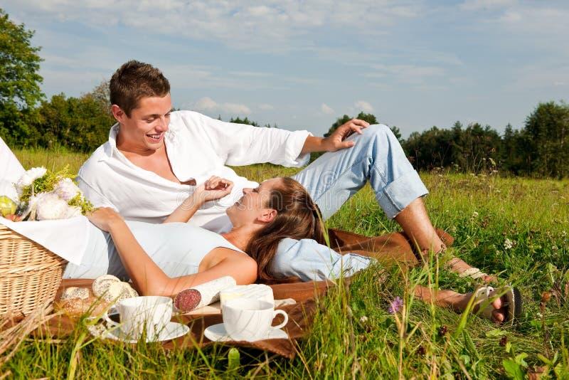 för ängpicknick för par lycklig sommar arkivbild