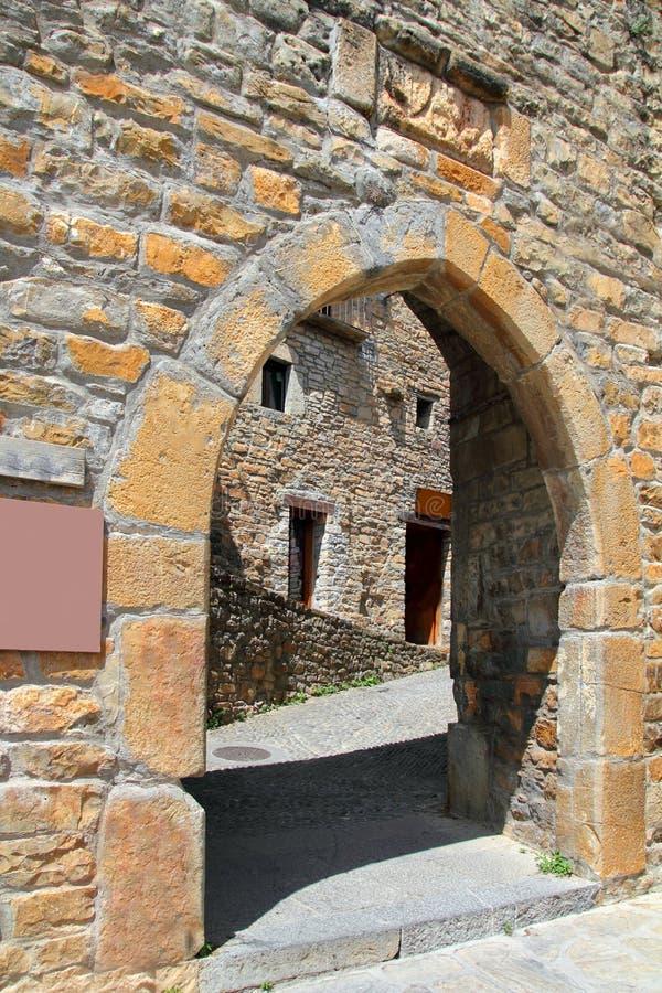 för ärke- by för romanesque dörrfort för ainsa medeltida royaltyfri bild