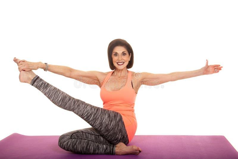 För ärmlös tröjaelasticitet för kvinna orange ben upp royaltyfri fotografi