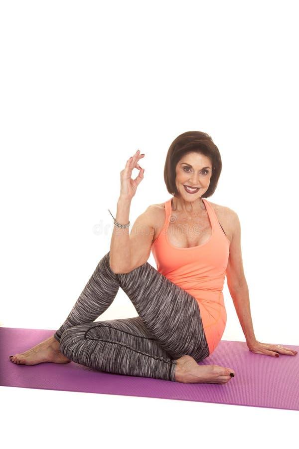 För ärmlös tröjaelasticitet för kvinna orange tecken för ok arkivfoto