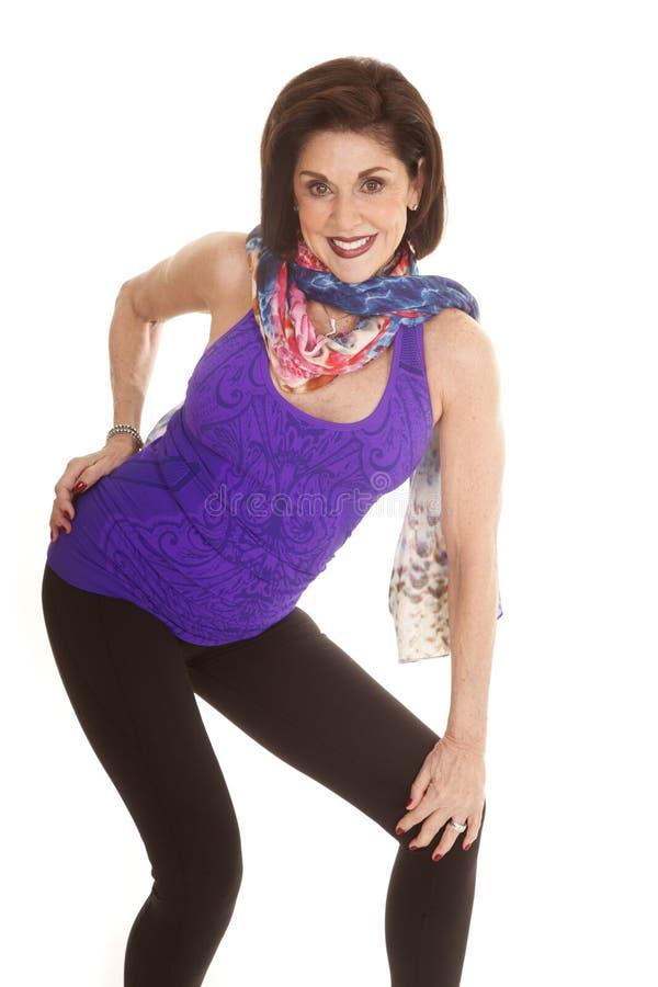 För ärmlös tröjahalsduk för kvinna purpurfärgad krökning royaltyfri fotografi