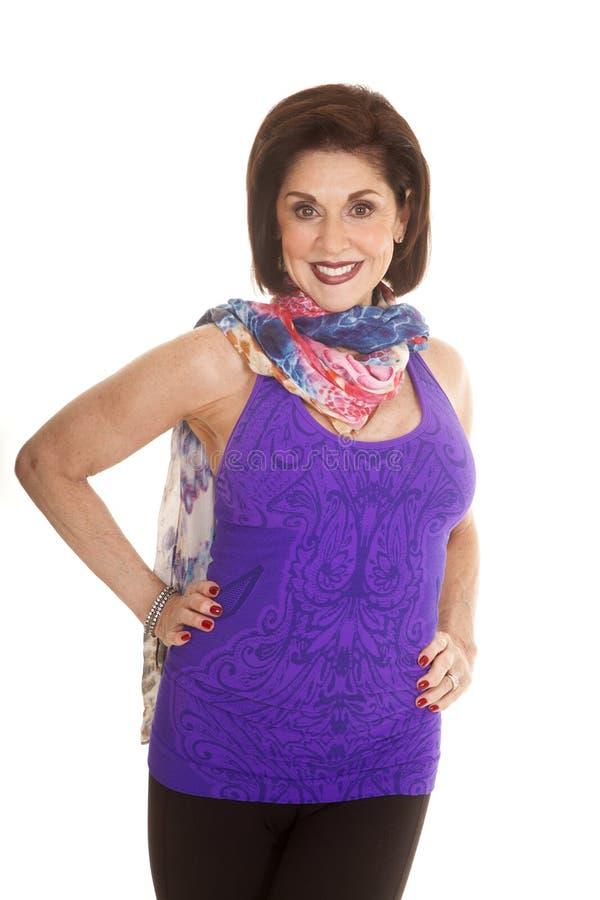 För ärmlös tröjahalsduk för kvinna purpurfärgat leende arkivbilder