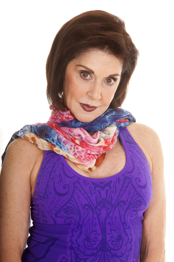 För ärmlös tröjahalsduk för kvinna purpurfärgat slut royaltyfria foton