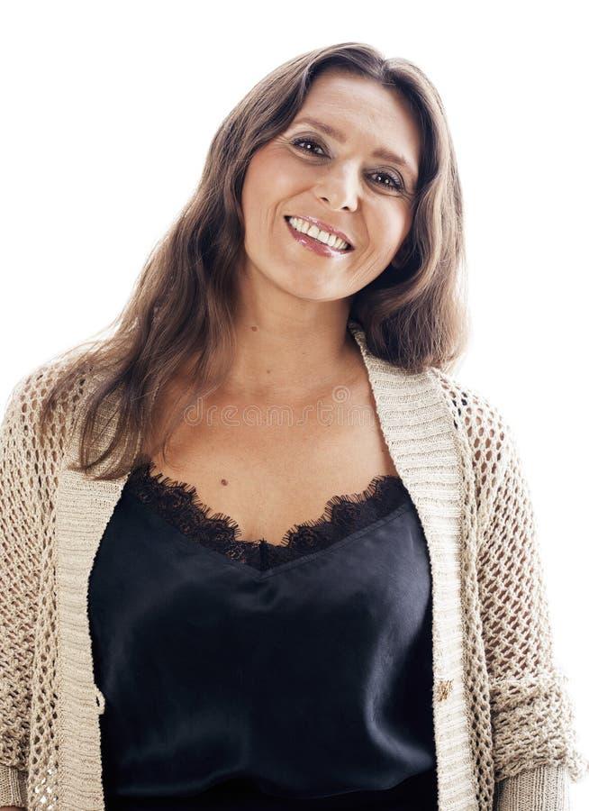 För ålderkvinna för mogen brunett klädd verklig mellersta brunn posera att le som isoleras på vit bakgrund som åldras begrepp royaltyfria bilder