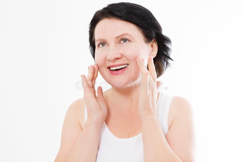För ålderkvinna för skönhet mellersta stående för framsida Spa och anti-åldras begrepp som isoleras på vit bakgrund Plastikkirurg arkivbild