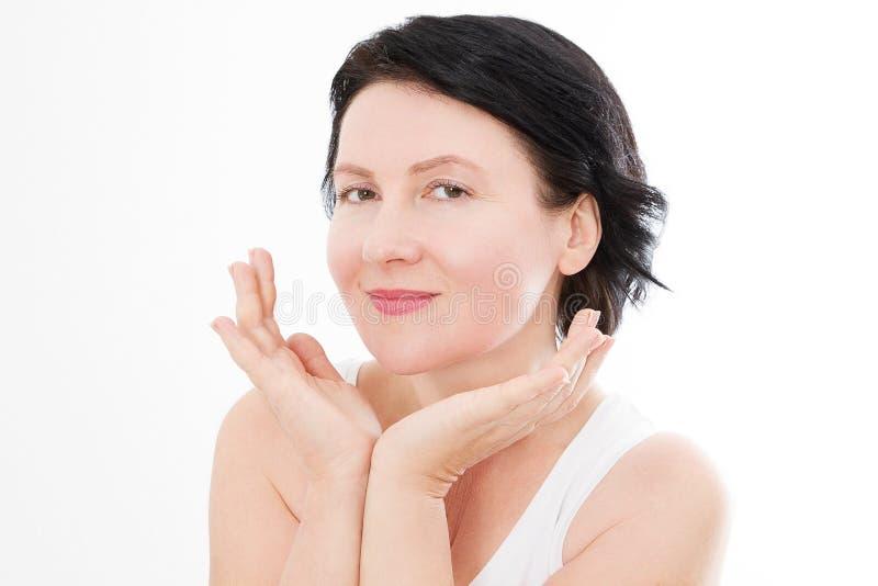 För ålderkvinna för skönhet mellersta stående för framsida Spa och anti-åldras begrepp som isoleras på vit bakgrund Plastikkirurg royaltyfria bilder