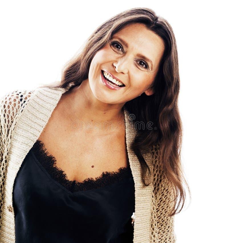 För ålderkvinnan för den mogna brunetten klädde den verkliga mellersta brunnen posera smilin royaltyfria bilder