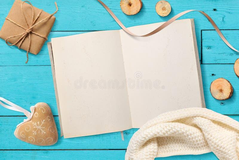 För åtlöje Notepad för mellanrum upp öppen, julgåvor på turkosen träbakgrund med utrymme för din text royaltyfri foto