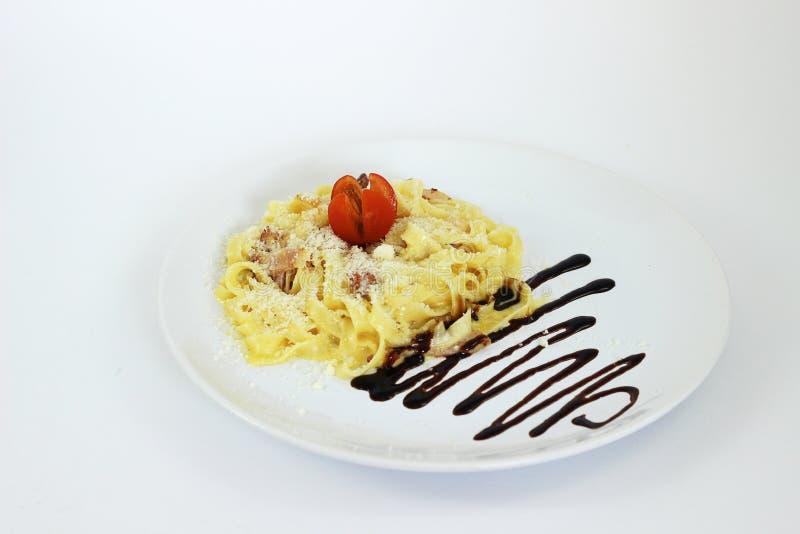 För к för ¾ för ² Ð för ¾ Ð för Ð för ¾ Ð för Ð--аг Д carbonara klassisk pasta på vit bakgrund royaltyfria bilder