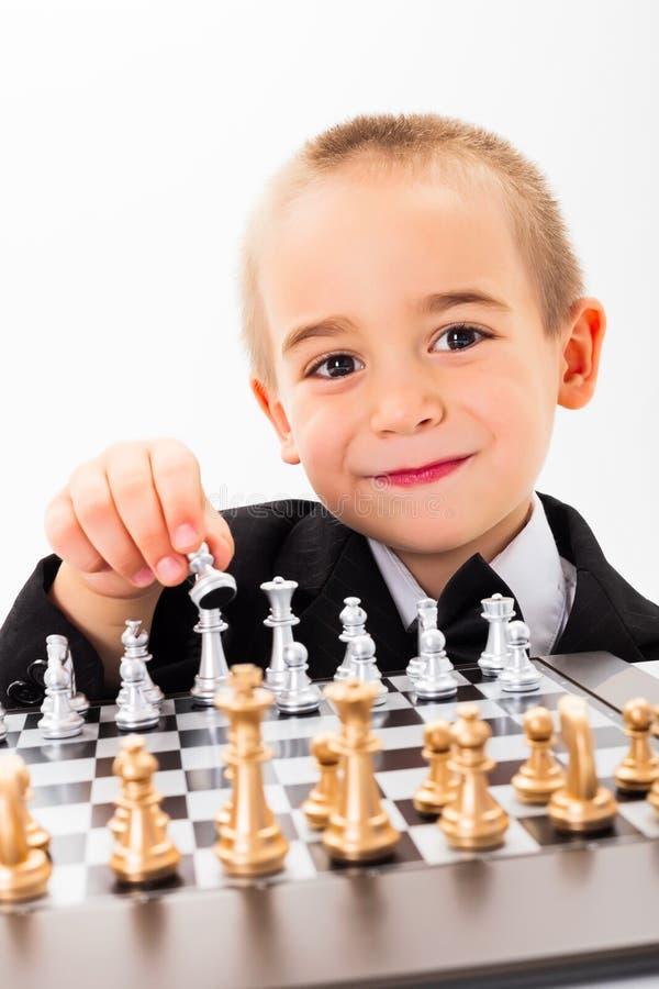 För öppningsschack för liten unge lek royaltyfria foton