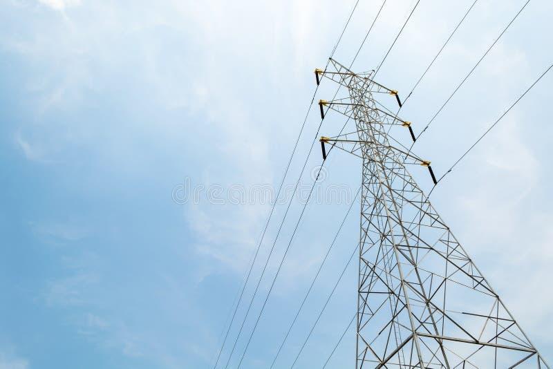 För överföringstorn för hög spänning elektrisk pylon för energi mot royaltyfri bild