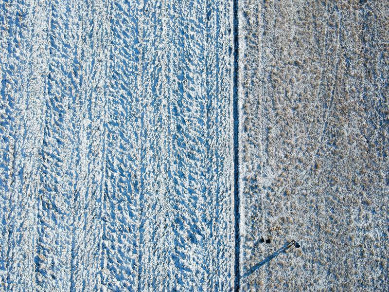 För överkant sikt ner av ett vinterfält arkivbilder