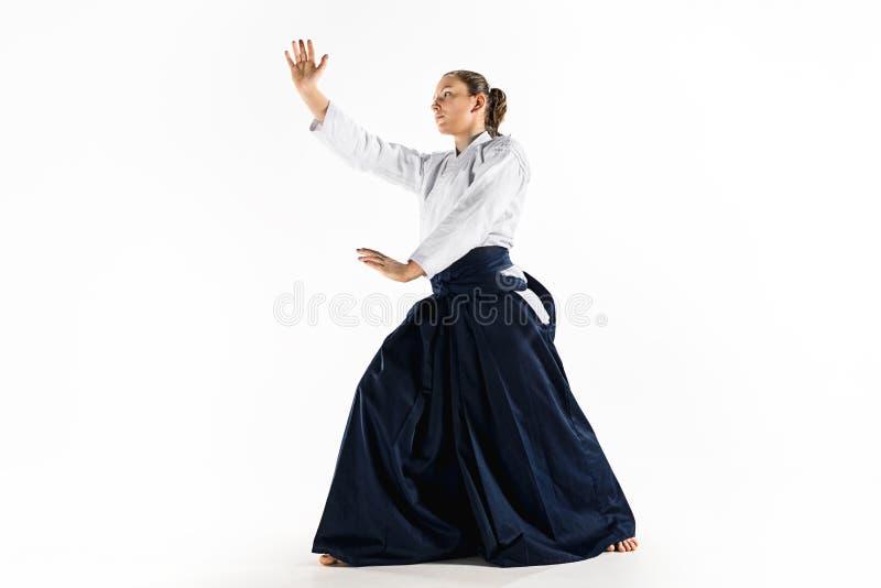 För övningsförsvar för Aikido ledar- ställing Sund livsstil och sportbegrepp Kvinna i den vita kimonot på vit bakgrund royaltyfria bilder