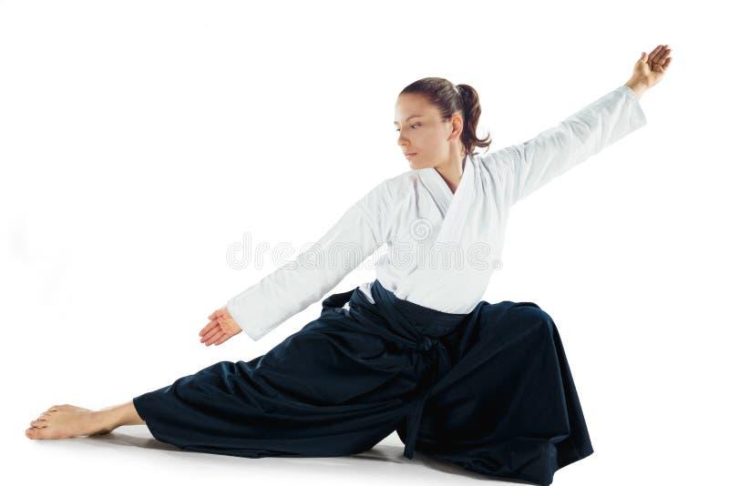 För övningsförsvar för Aikido ledar- ställing Sund livsstil och sportbegrepp Kvinna i den vita kimonot på vit bakgrund royaltyfri fotografi