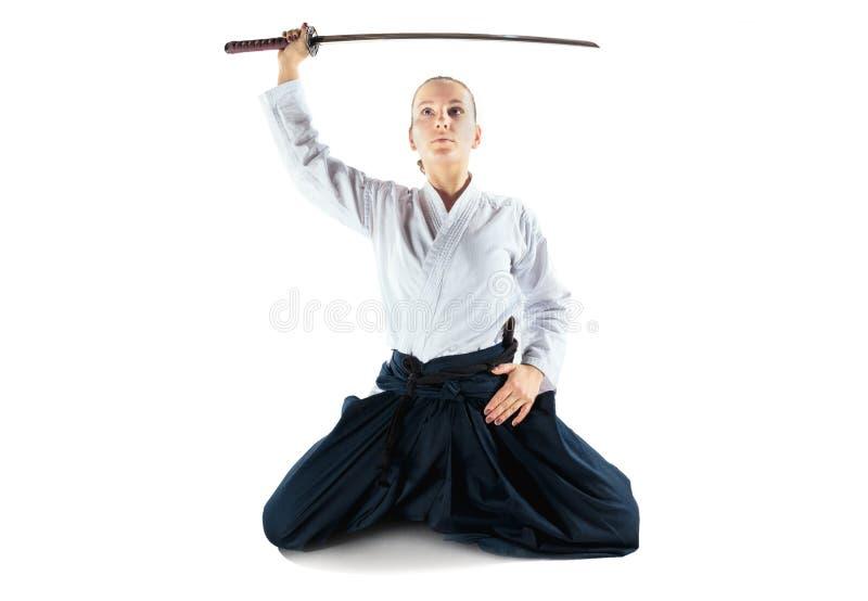 För övningsförsvar för Aikido ledar- ställing Sund livsstil och sportbegrepp Kvinna i den vita kimonot på vit bakgrund arkivfoto