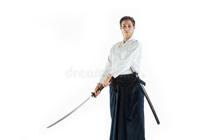 För övningsförsvar för Aikido ledar- ställing Sund livsstil och sportbegrepp Kvinna i den vita kimonot på vit bakgrund arkivbild