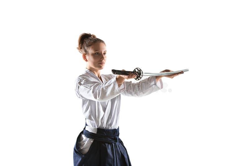 För övningsförsvar för Aikido ledar- ställing Sund livsstil och sportbegrepp Kvinna i den vita kimonot på vit bakgrund royaltyfri bild