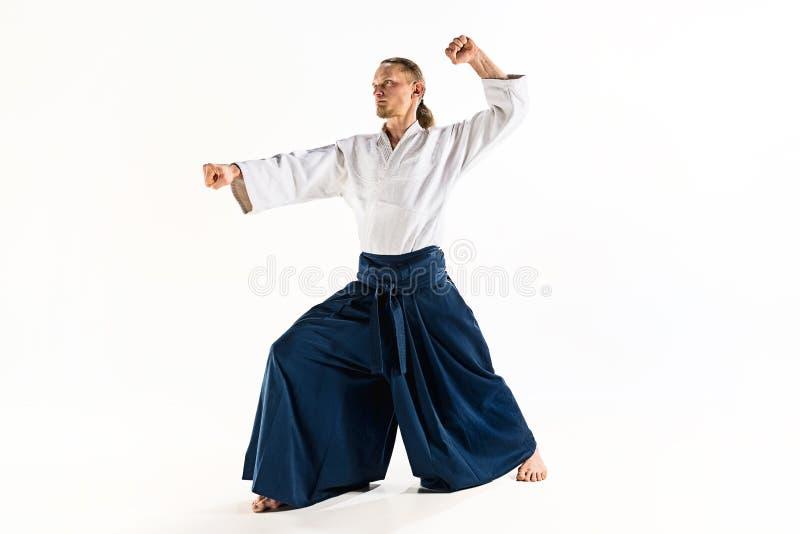 För övningsförsvar för Aikido ledar- ställing Sund livsstil och sportbegrepp Man med skägget i den vita kimonot på vit royaltyfria bilder