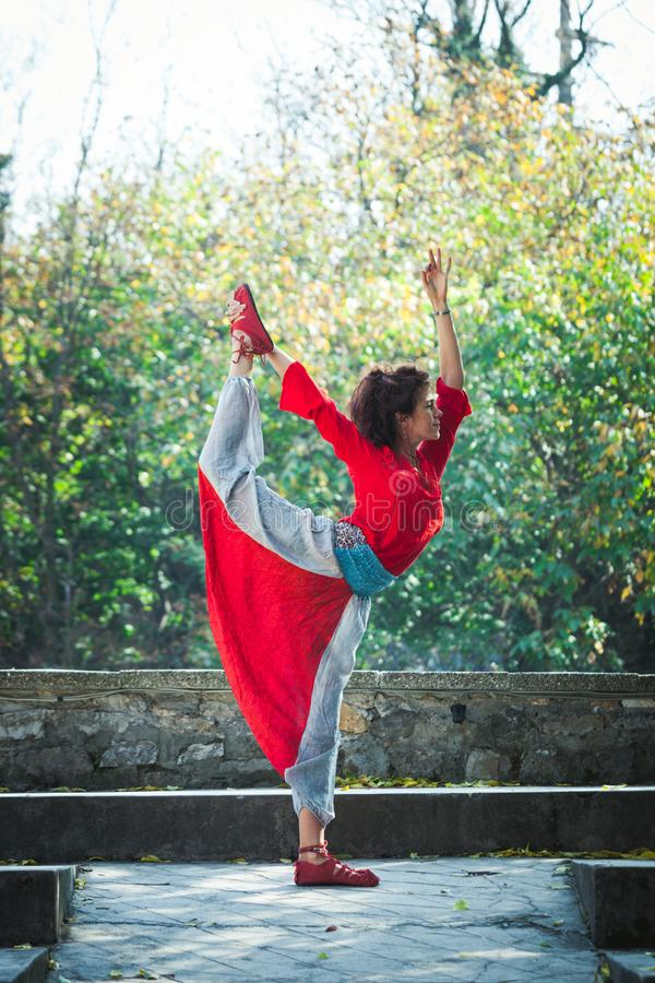 För övningsyoga för den unga kvinnan lorden för dagen för hösten poserar den utomhus- av dansen arkivfoton