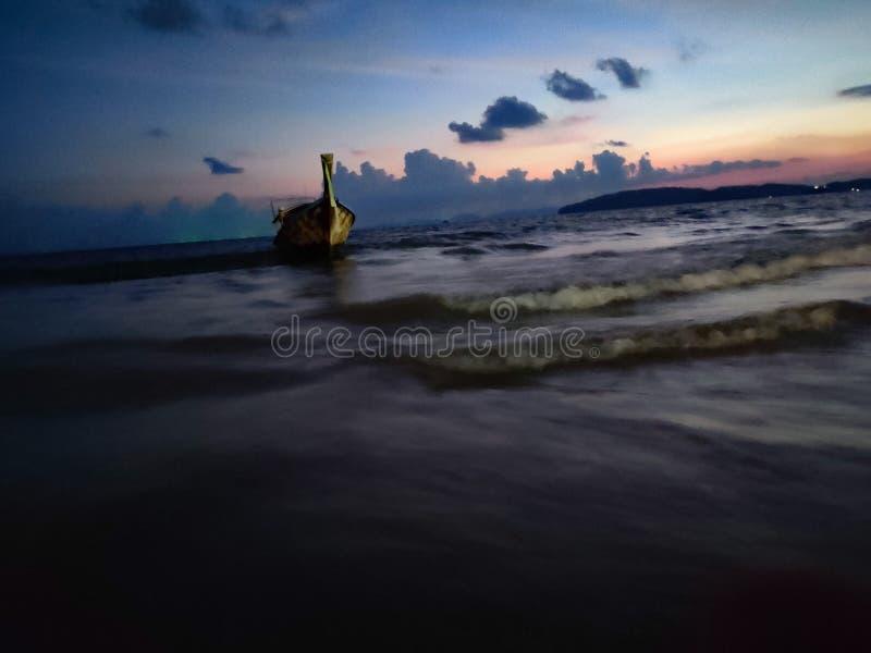 För Aao för fartyg närliggande krabi Thailand för strand nang arkivfoto