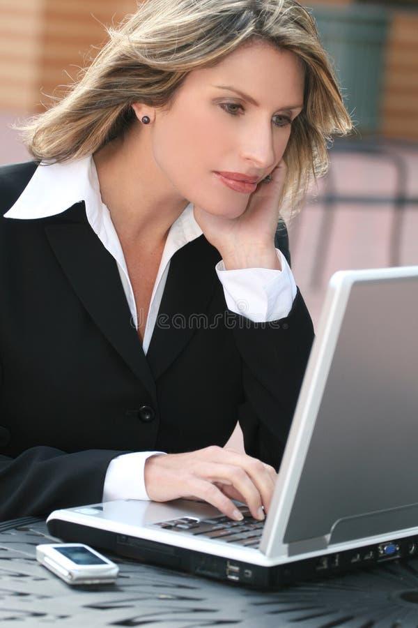 för affär företags för bärbar dator kvinna utomhus arkivbild