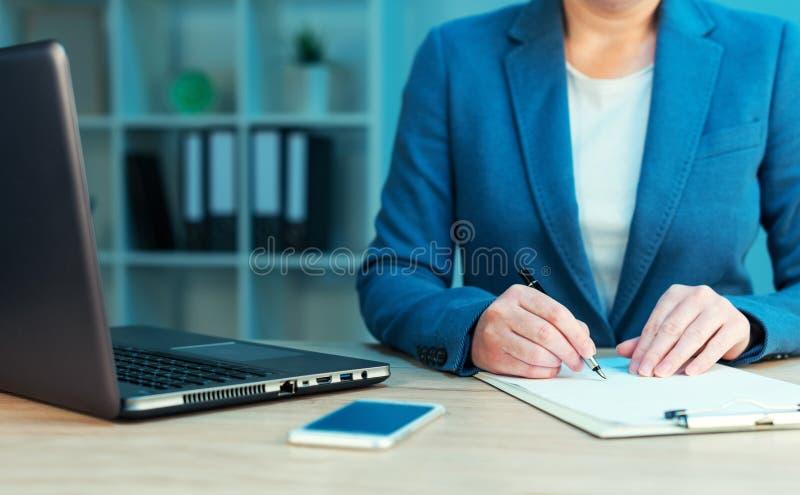 För affärsavtal för affärskvinna undertecknande överenskommelse arkivfoto