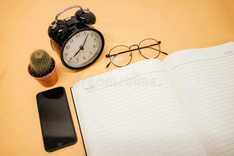 För affärsbakgrund för bästa sikt workspace med exponeringsglas, mobil phon arkivfoton