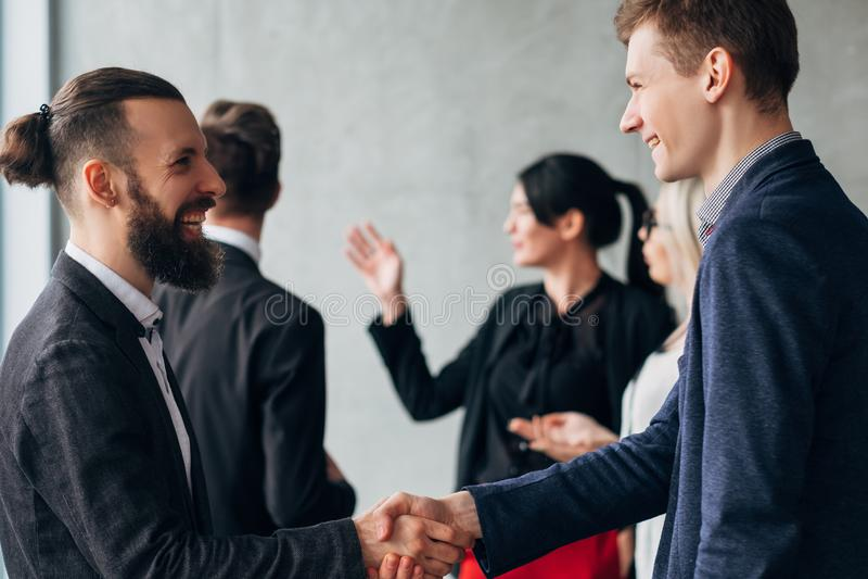 För affärsetikett för företags kultur handskakning royaltyfri foto