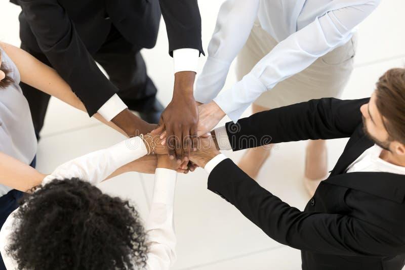 För affärsfolk för bästa ovannämnd sikt olika staplade händer arkivfoto