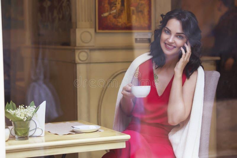 För affärskvinna för härlig brunett caucasian sammanträde i kafé på a arkivbild