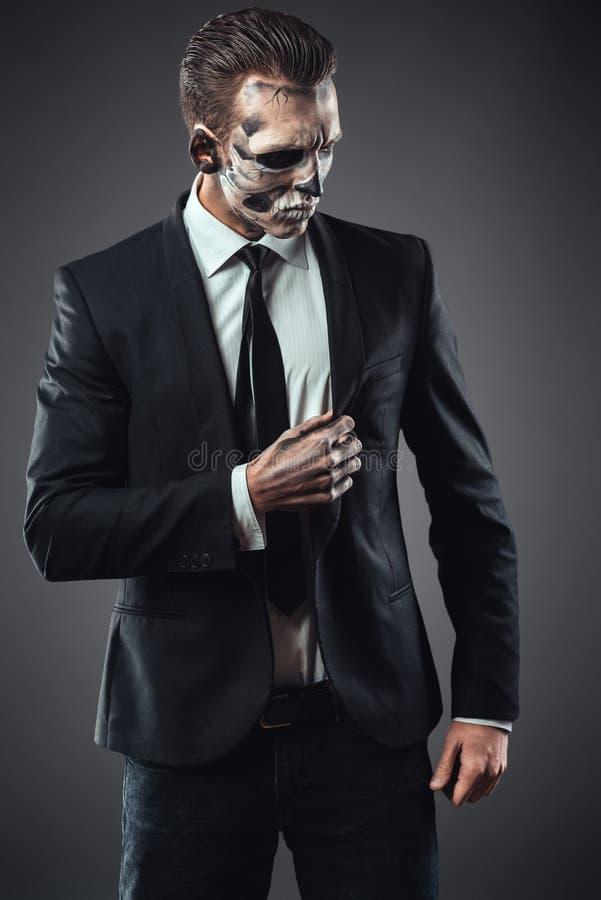 För affärsmanmakeup för stående allvarligt skelett royaltyfri foto