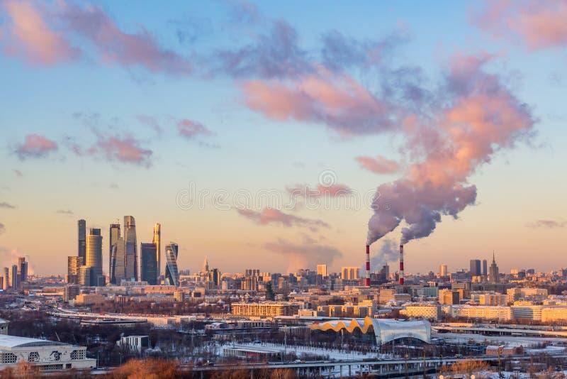 För affärsmitt för Moskva internationell Moskva-stad för ` `, Rök från rören av den kombinerade värmen och kraftverket royaltyfri fotografi