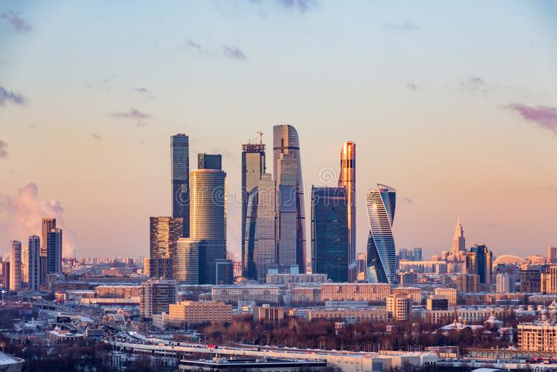 För affärsmitt för Moskva internationell Moskva-stad för ` `, Rök från rören av den kombinerade värmen och kraftverket arkivfoto