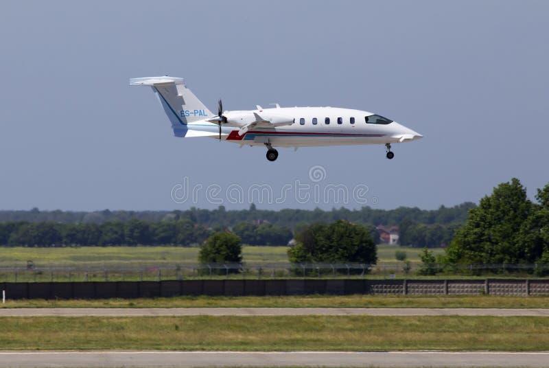 För affärsstråle för ES-PAL Piaggio P-180 Avanti Evo flygplanslandning på landningsbanan royaltyfria foton
