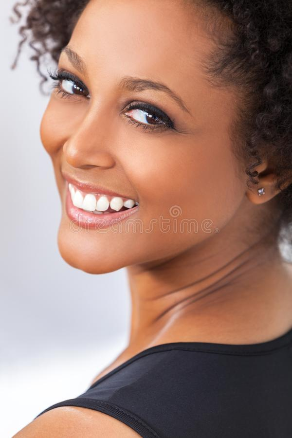 För afrikansk amerikanflicka för blandat lopp tänder för kvinna perfekta royaltyfria foton